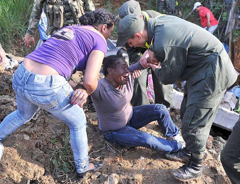 räddad ur jordmassorna En kvinna dras fram ur jordmassorna i Bello. Hon har överlevt.