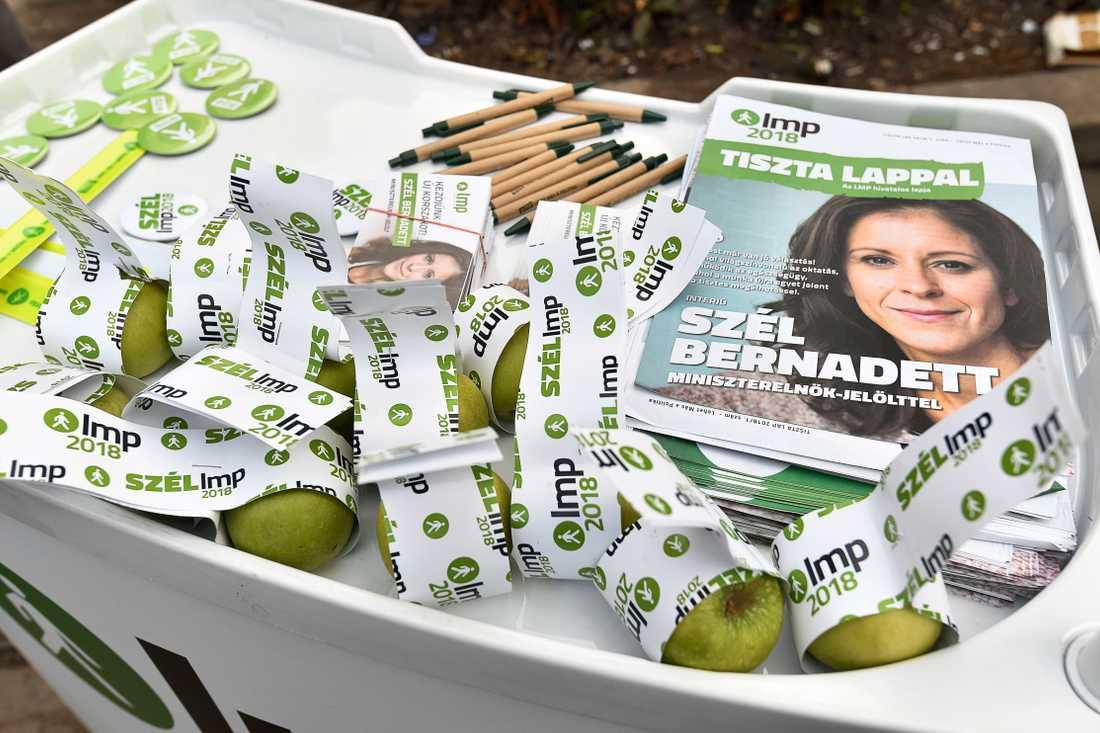 25-åriga Maté delar ut äpplen och flygblad för det gröna partiet LMP.