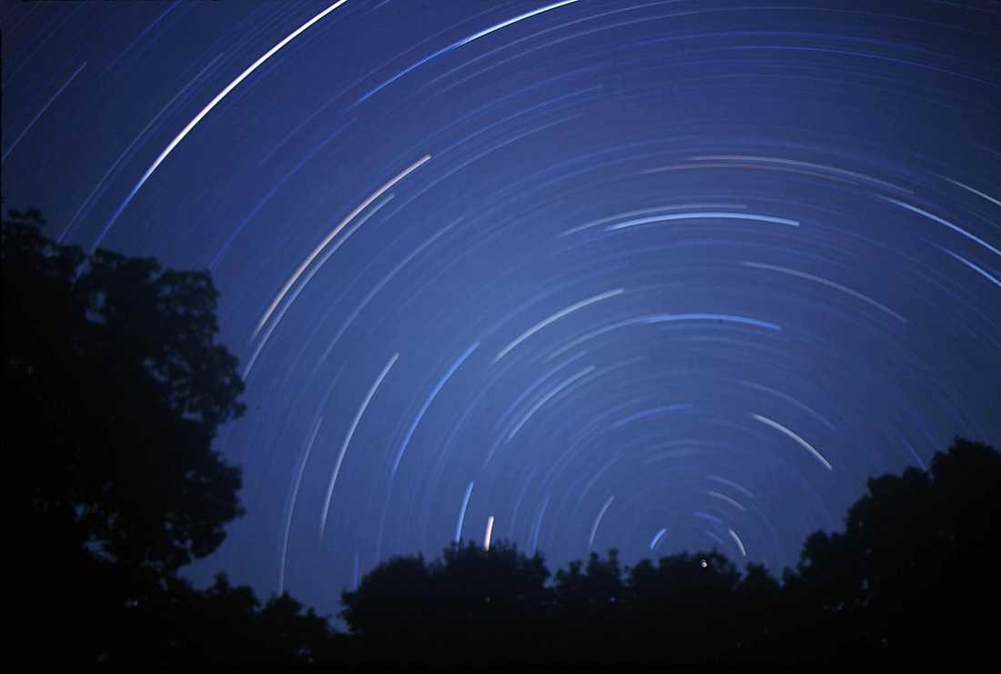 En stjärnhimmel fotograferad under en längre tid.