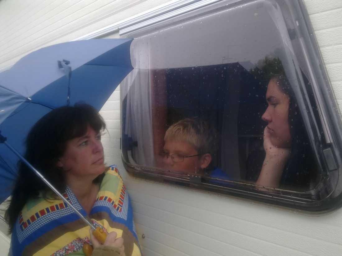 HUSBIL  Stefan Klaar, 44, tog bilden på Ingela Klaar, 43, och barnen Linus, 8, och Emma, 16, i regnet på Marholmens camping utanför Norrtälje.