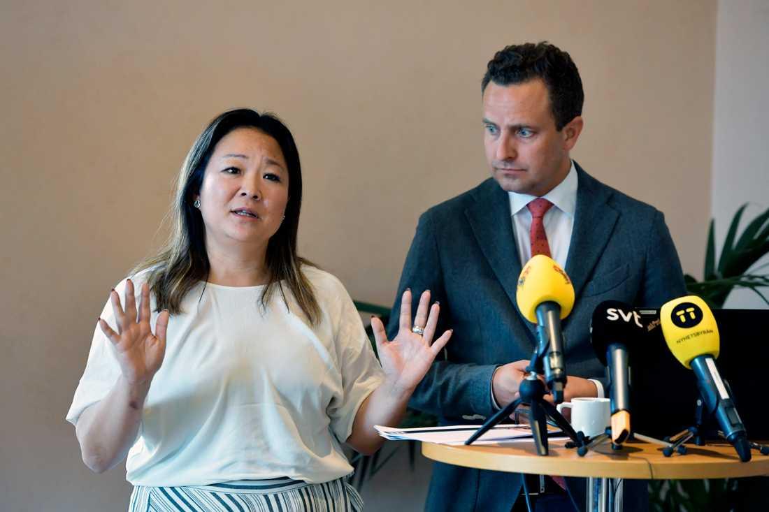 Jessica Polfjärd och Tomas Tobé, rättspolitisk talesperson (M) presenterar nya förslag mot hedersförtryck under en pressträff i riksdagen i Stockholm.