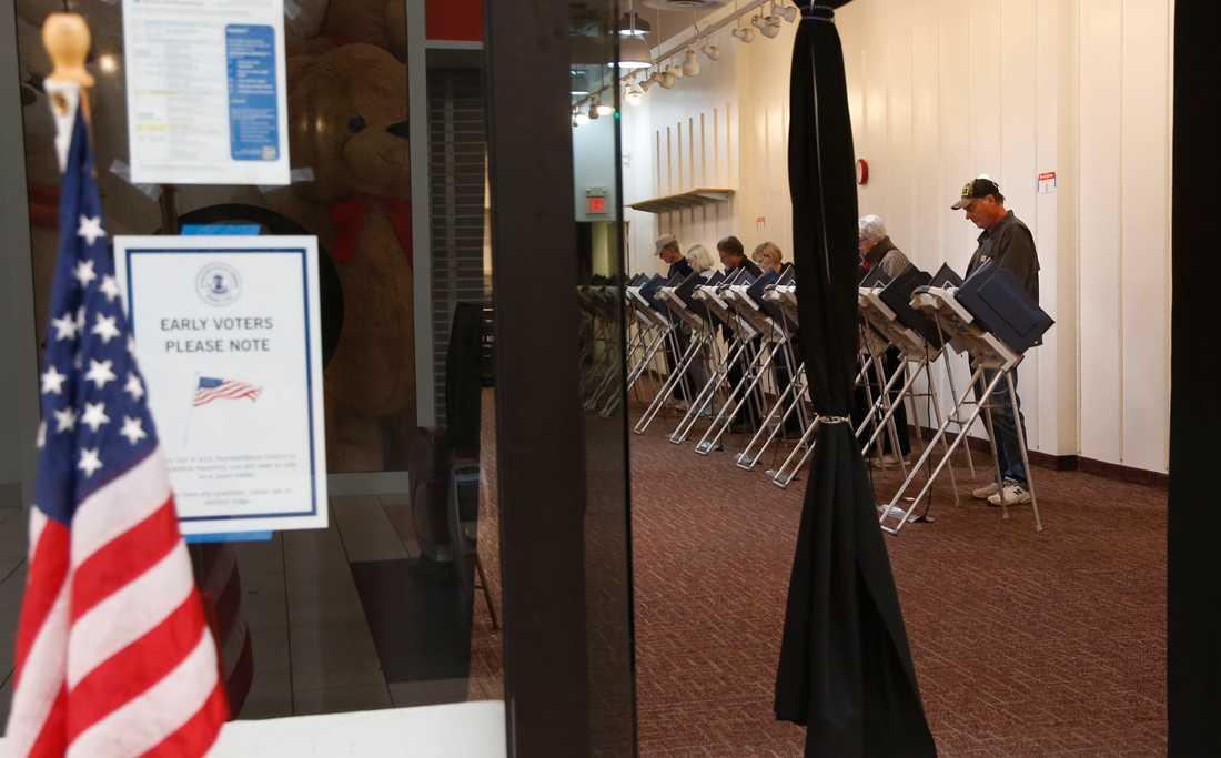 Väljare förtidsröstar i en lokal i ett köpcentrum i Bloomingdale i Illinois i torsdags.