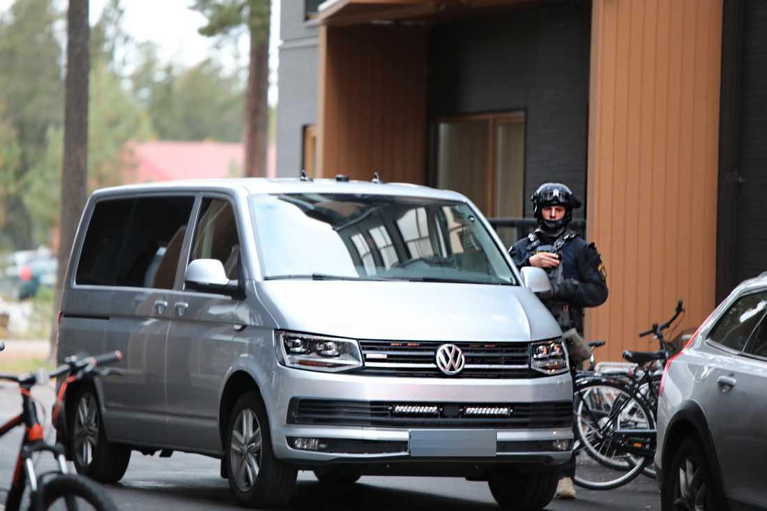 Polisens insatsstyrka i samband med att flera misstänkta greps i Gävle.