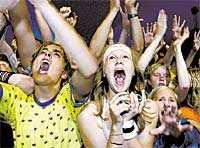 Framme vid kravallstaketet skriker och trånar tonåringar efter män som lika gärna kunnat vara deras pappor.