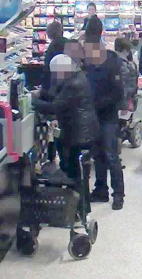 Kort efter att den här bilden tas stjäl de kvinnans plånbok med bankomatkort och plockar ut tusenlappar.