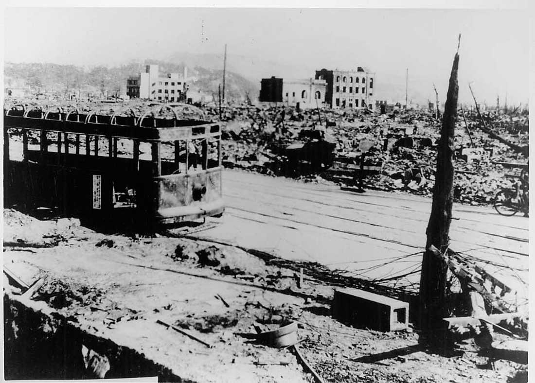 Spårvagn Bilden är tagen 300 meter från bombens epicentrum. Flera korta människor som befann sig i den fulla spårvagnen överlevde. De som var längre dog.