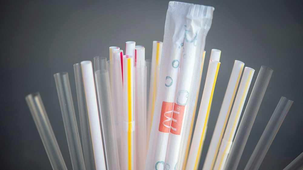 """I september förra året slutade McDonalds i England att sälja plastsugrör i sina restauranger. De ersatte sugrören med """"miljövänliga sugrör"""" av papper istället. Men de nya papperssugrören går inte att återvinna."""