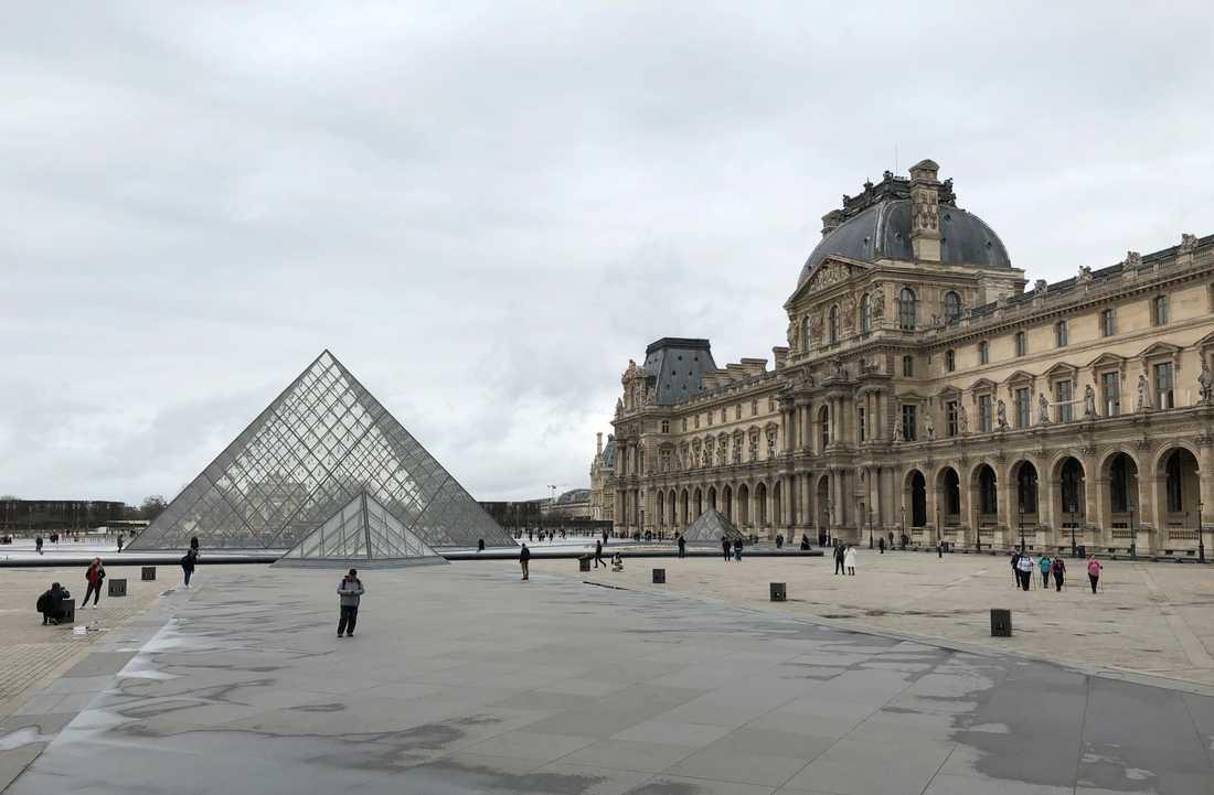 Tomt och stilla är det vid Louvren i Paris sedan coronaviruset fått mängder av turister att stanna hemma.