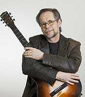 James har plockat fram gitarren igen Foto: Martin Ekwall