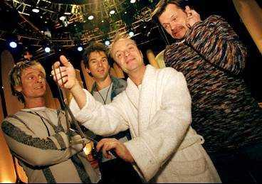 Korsning mellan Frälsis och country Aftonbladet kan i dag avslöja att Orup, Niklas Strömstedt och Anders Glenmark gör ett sångnummer tillsammans med Jonas Gardell i Melodifestivalen i morgon. Enligt dem själva är det en tragisk historia som ska framföras med bland annat triangel, bastrumma och tamburin. Förutom det gör GES ett påkostat comebacknummer där de ska sjunga omgivna av sex flygande dansare (infälld grafik).