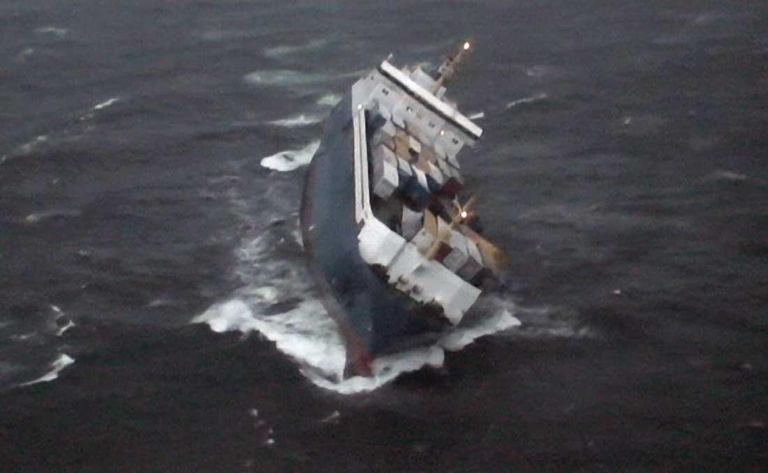 Fartyget Finnbirch fotograferat från räddningshelikopter innan det sjönk 2006. Arkivbild.