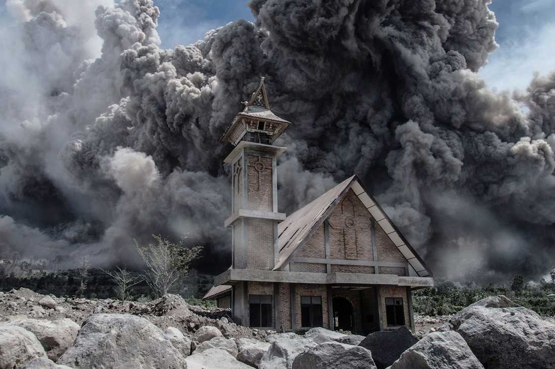 Aska från Mount Sinabung fyller hilmen ovanför en övergiven kyrka på norra Sumatra.