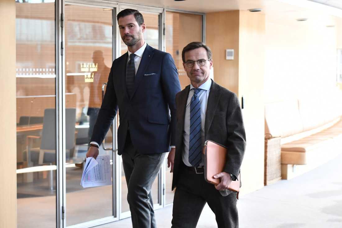 M:s rättspolitiske talesperson Johan Forssell och partiledaren Ulf Kristersson på väg till pressträffen.