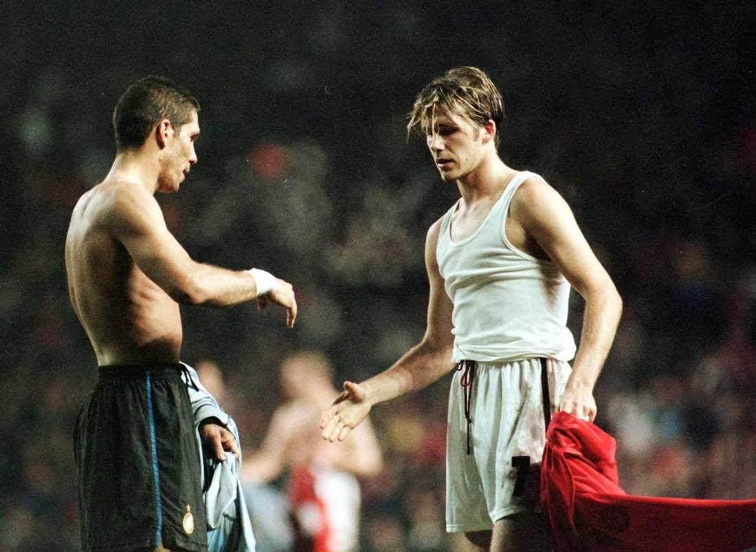Skakar hand med Diego Simeone efter att Manchester United vunnit med 2-0 hemma mot Inter i Champions Leagues kvartsfinal i mars 1999.