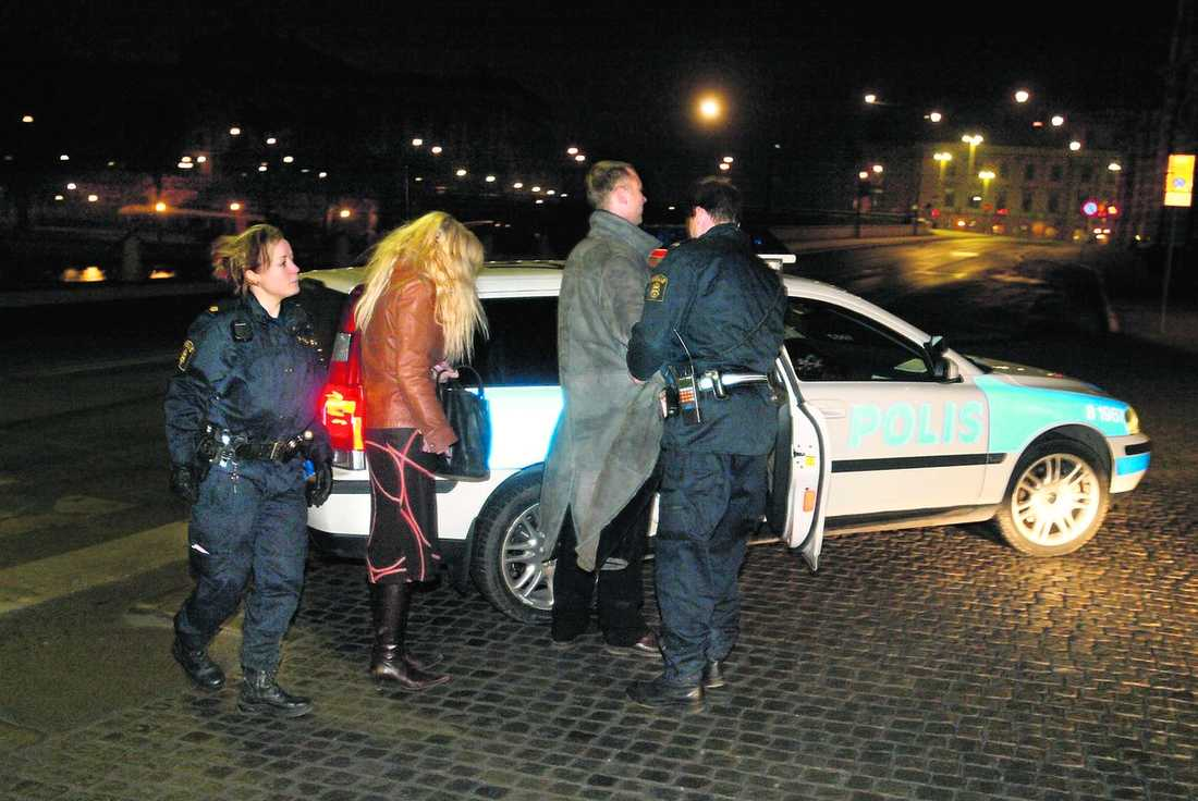 GREPS AV POLISEN Den 8 februari 2005, efter Grammisgalan, stoppades Mikael Persbrandt av polisen efter en vinglig bilfärd genom centrala Stockholm med 0,94 i promille. Skådespelaren hävdade att han bara skulle parkera om bilen men dömdes till skyddstillsyn och 40 timmars samhällstjänst.
