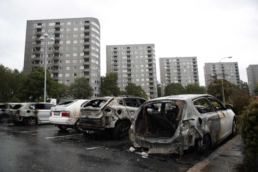 Utbrunna bilar på en parkering vid Frölunda torg, dagen efter de omfattande bränderna i augusti i fjol.