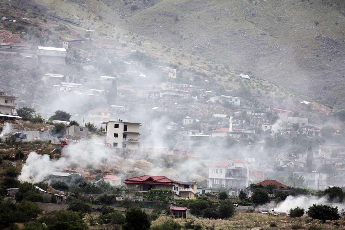 Rök syns över byn Lazarat när byborna eldar upp cannabis i desperation.