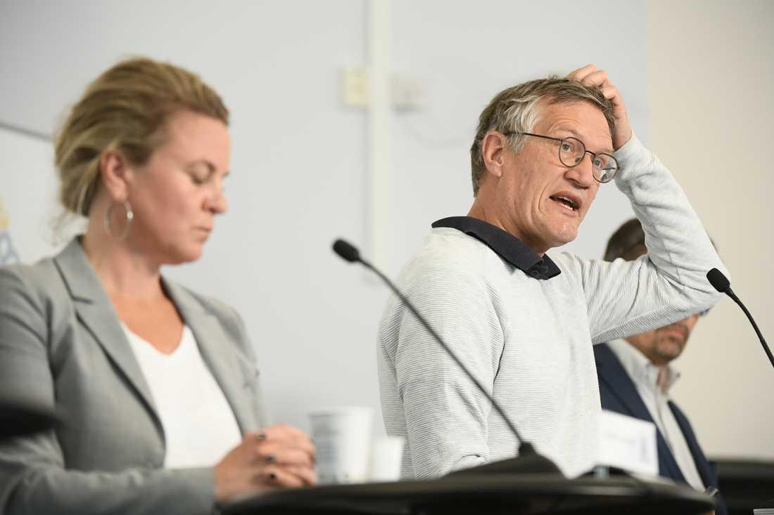 Anders Tegnell och Socialstyrelsens Johanna Sandwall vid en pressträff.