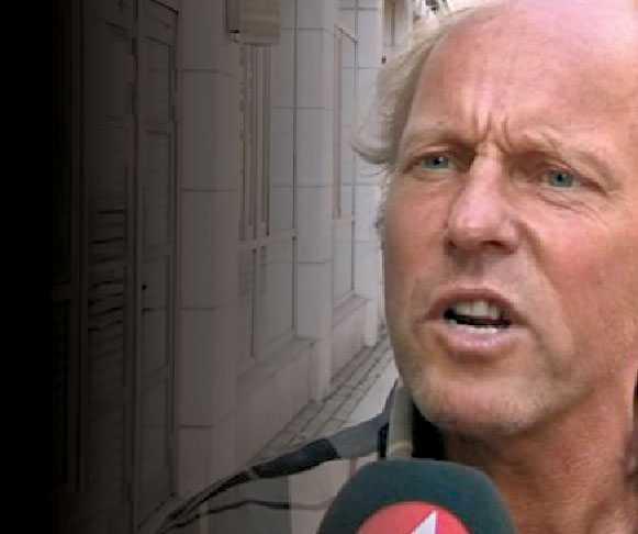 FÖRNEKAR SEXUELLT MOTIV Politikern och idrottsläraren Martin Alfborger anmäldes för ofredande efter att han – med bara en hink för könet – ropat till sina idrottselever i badhuset att inte glömma sina värdesaker. Nu avbryter han sitt politiska arbete.