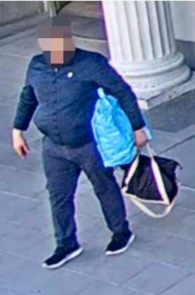 Övervakningskameror på Stockholms Centralstation fångar mannen när han kommer ut med med en annan jacka än den han gick in med.