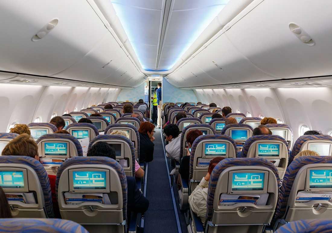 Trots händelsen beskrivs stämningen i kabinen som ganska lugn.