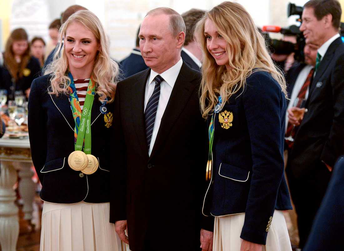 Svetlana Romashina, Vladimir Putin och Natalia Ishchenko efter OS-guldet 2016.