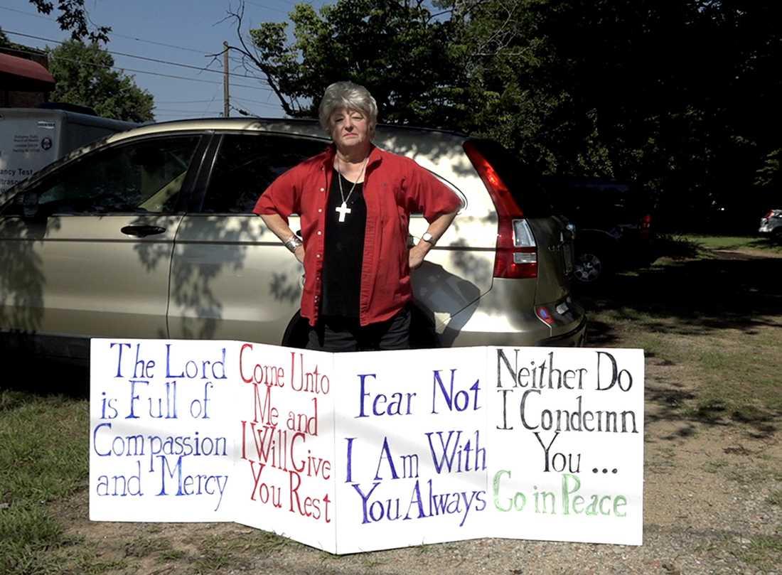 Janet står utanför abortkliniken varje dag för att stötta kvinnorna som kommer dit.