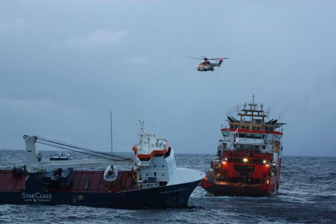 Släplinor är fästa på fartyget Eemslift Hendrika och bogseringsfartyget Normand Drott har inlett bortforslandet.