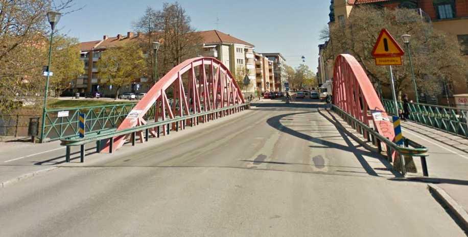 Haglunds bro innan renoveringen. Hålen i beläggningen är just nu betydligt större än de var innan.