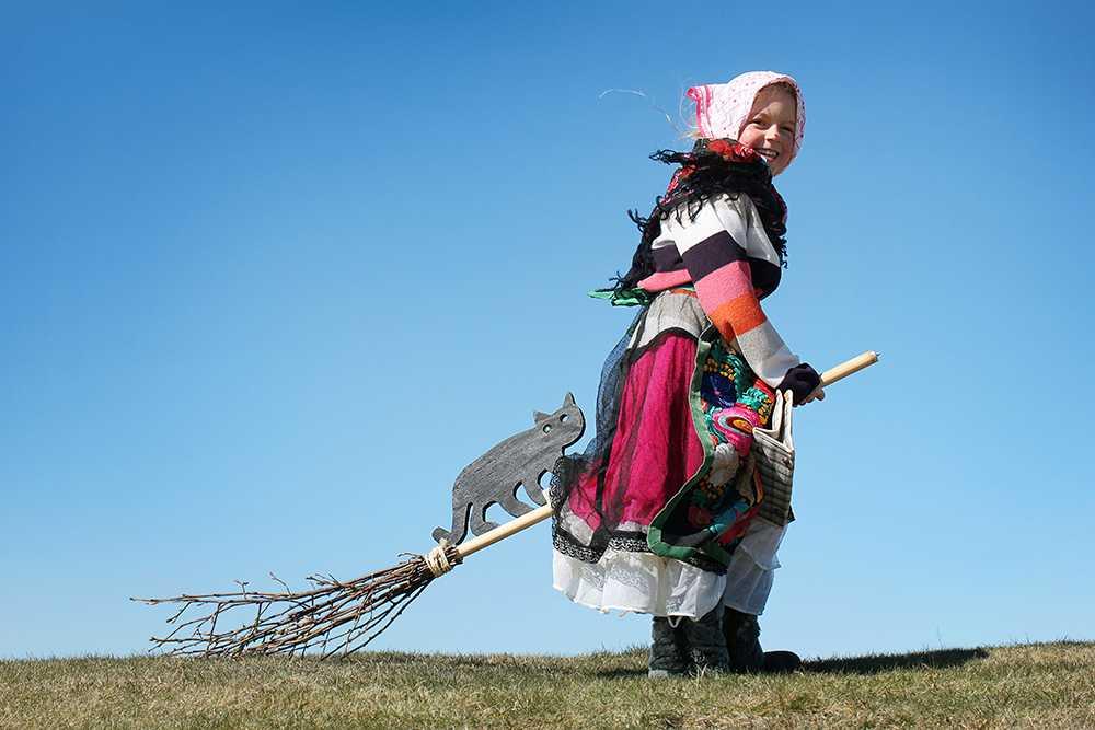 Barn och ungdomar har klätt ut sig till påskkärringar sedan 1800-talet.