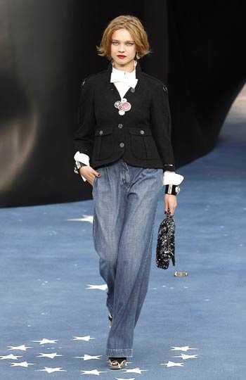 Chanels modeller klev på en catwalk prydd med stjärnor, och flera av plaggen var inspirerade av stjärnbaneret.