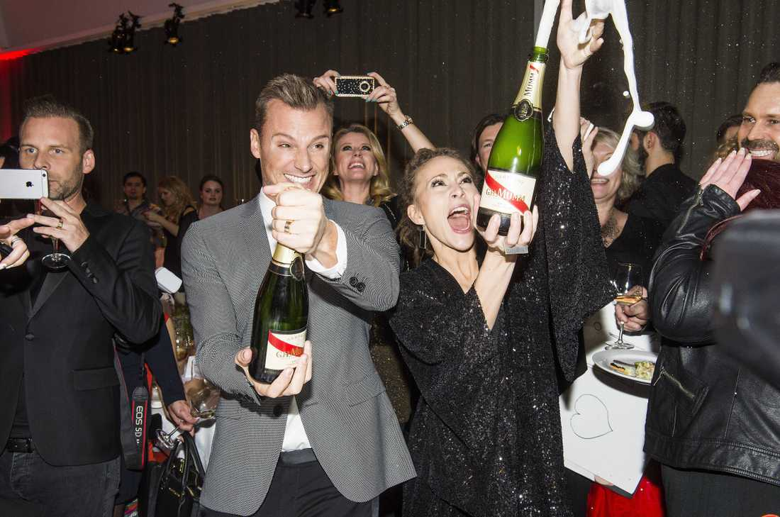 SKÅL!  Champagnen flödade när Magnus Carlsson och Mariette Hansson firade avancemanget till schlagerfinalen i natt.