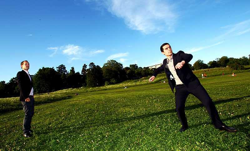 """NÖJD VINNARE """"Jag är nöjd, eftersom jag vann. Men om lägenheten ligger högt upp... Då kan man ju lobba stenen 300 meter"""", säger Peter Forsling som ställdes mot kollegan Oguzhan Yayla i Aftonbladets testkastning."""