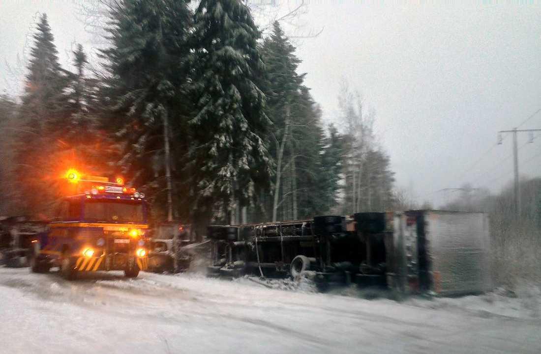En lastbil, som enligt uppgift fraktade halm, välte i går morse på väg 291 mellan Skutskär och Älvkarleby. Föraren klarade sig oskadd.