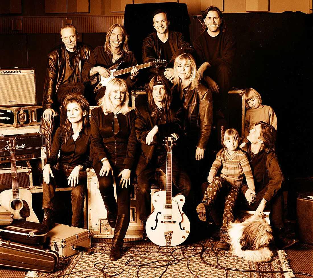 Raj Montana Band 1998. Överst från vänster: Hasse Olsson, David Carlson, Clarence Öfwerman och Pelle Alsing. Nedre raden från vänster: Anne-Lie Rydé, Py Bäckman, Dan Hylander, Tove Naess och Ola Johansson.