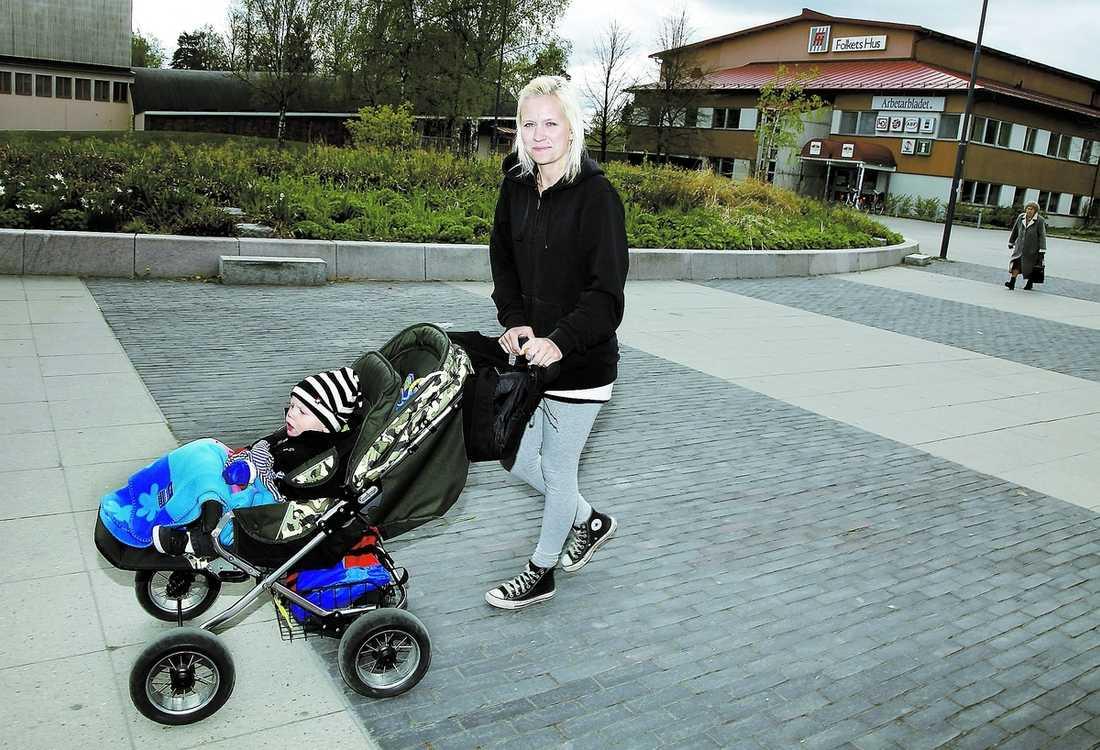 """tusen unga utan arbete Sabina Forsberg, 22, är arbetslös och mammaledig med sonen Albin, 1: """"Jag gick barn- och fritidsprogrammet på gymnasiet, men hoppade av. Kanske börjar jag på skolan eller komvux igen. Fast inte än."""" Sabina är en av många unga i Hofors som inte har ett arbete. I mars var 11,9 procent av alla mellan 18 och 24 år i orten arbetslösa. Bara värmländska Munkfors har lika höga siffror."""