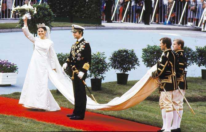 Brud i Dior Carl XVI Gustaf och Silvia Renate Sommerlath 1976. Hon i sidenklänning från Dior och kunglig tiara. Han i amiralsuniform.