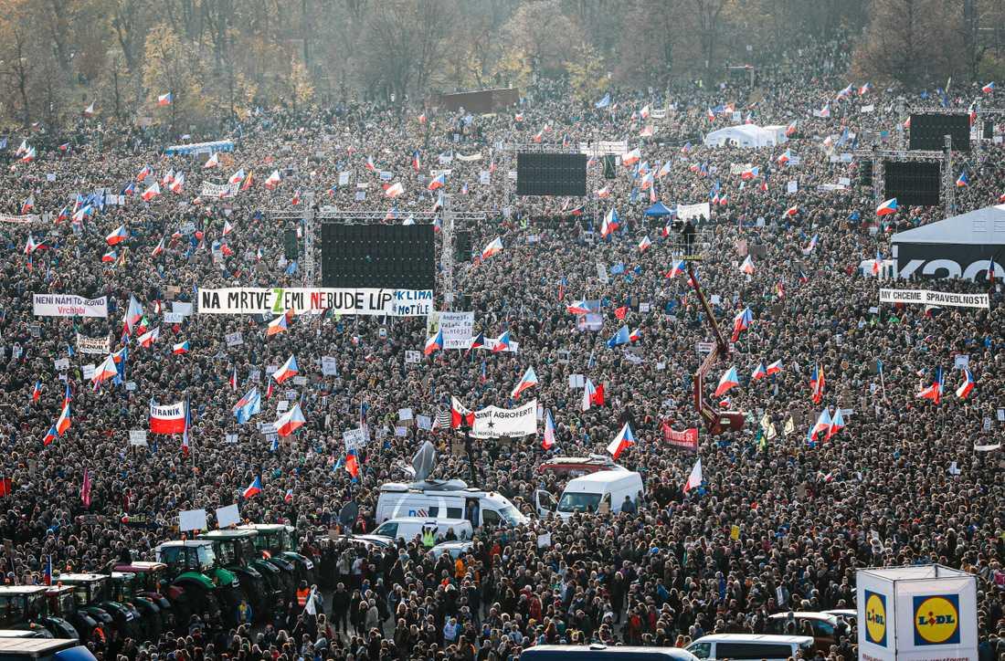 Protester mot Babis och hans regering i Prag den 16 november.