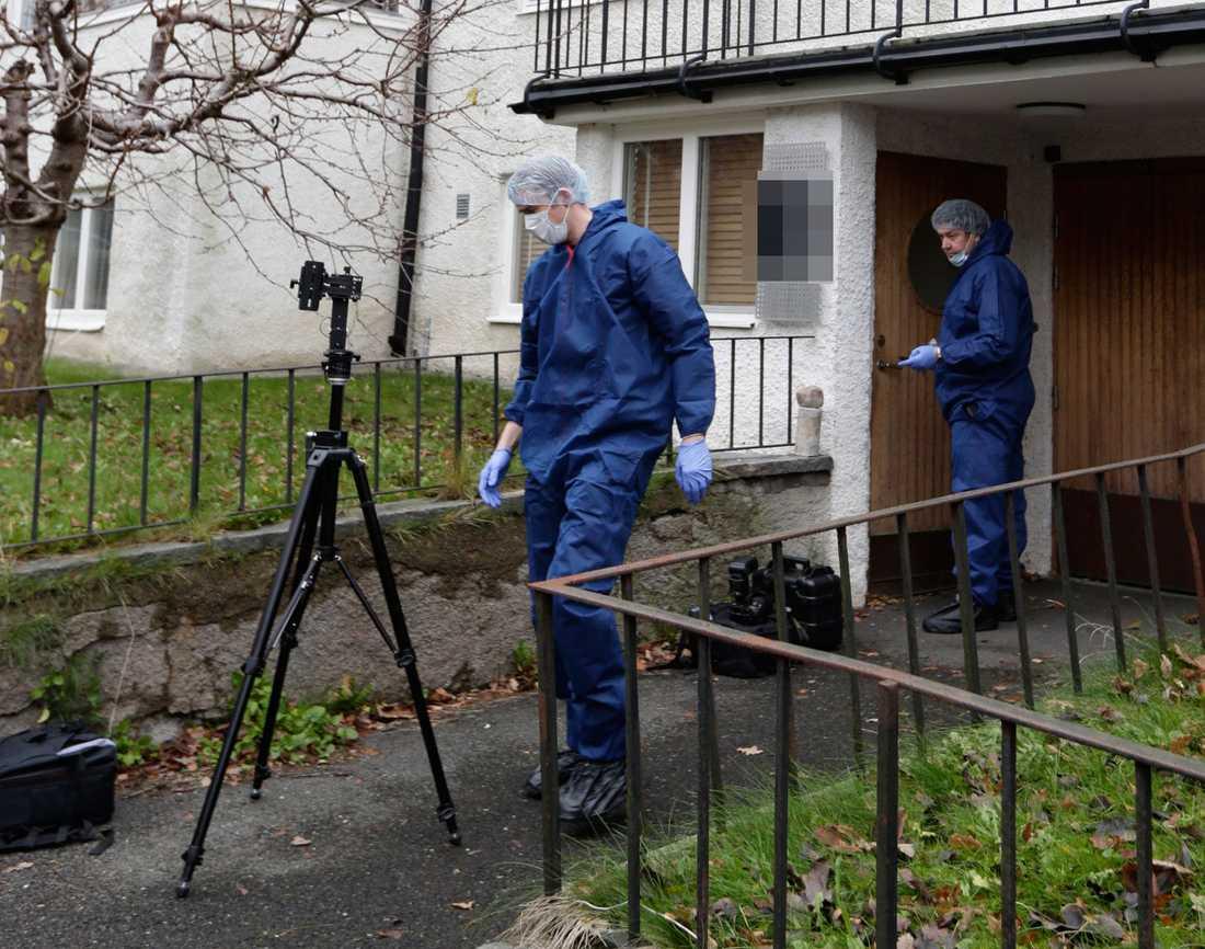 Polisens tekniker letar efter bevis mot den misstänkte 24-åringen.