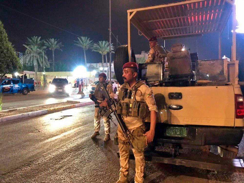 Irakiska säkerhetsstyrkor utanför Bahrains ambassad i Bagdad.