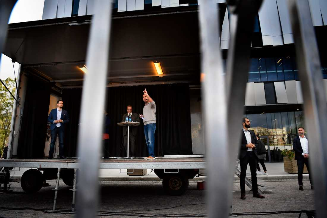 Sverigedemokraternas partiledare Jimmie Åkesson och civilminister Ardalan Shekarabi debatterar på Vaksala torg i Uppsala.