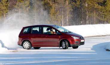 """sladden går inte att häva Ford lät inte Robert Collin köra deras testbilar på en vanlig svensk vinterväg. """"Det är för farligt"""" sa den ansvarige teknikern. Då testkörde Collin på egen hand med sin hyrda Ford C-max - och körde i diket."""