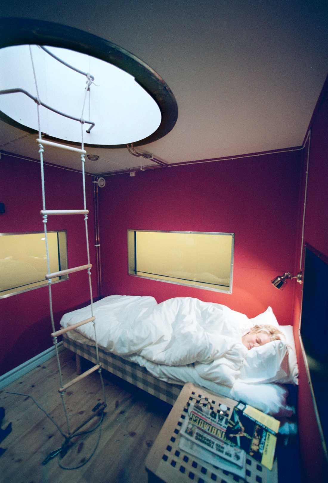 Sugen på att sova under vattenytan? Då ska du åka till hotellet Utter-In som ligger i Västerås.