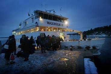 Vaxholmsbåten gör bara en tur om dagen på vintern. När det börjar mörkna kommer båten som tar oss tillbaka till Stockholm.