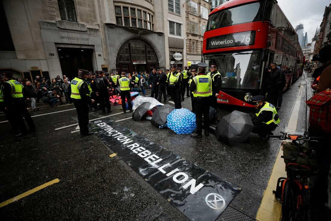 Aktivister från Extinction Rebellion blockerar en gata i London den 25 april 2019.