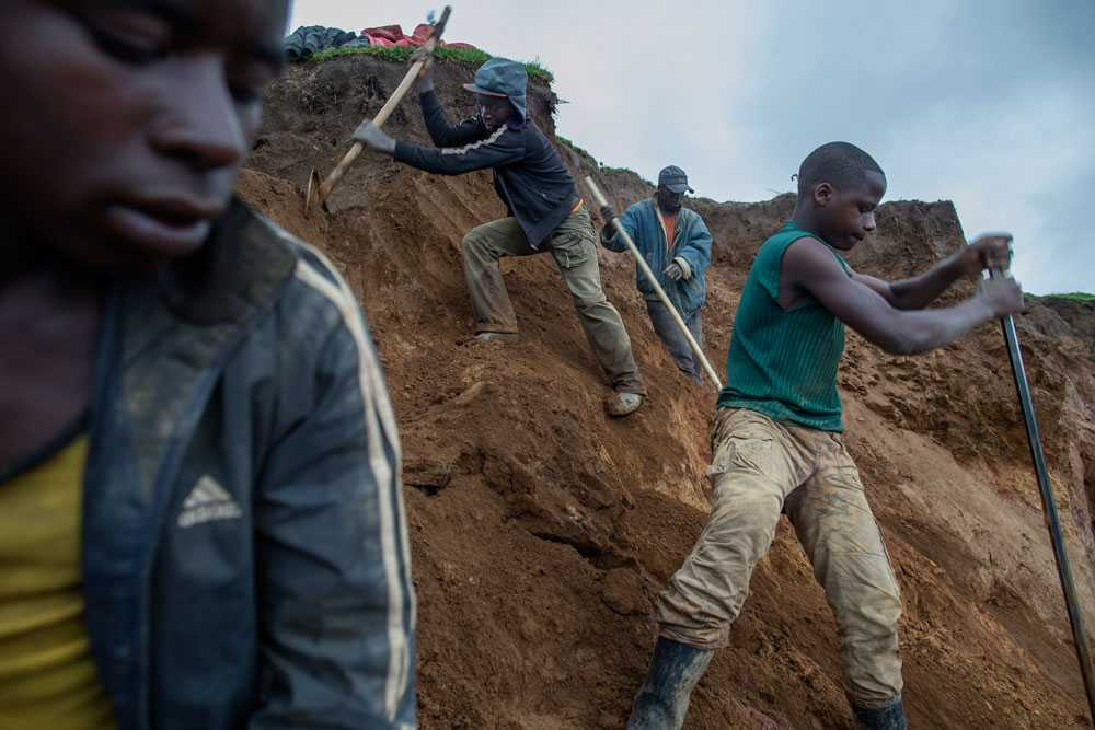 NICLAS HAMMARSTRÖM Från vänster: Sibo Mana 15, Afasa Imana 14, Jimmy Baraka 26 and Ntimbagi Bidala 14. De jobbar alla i gruvan.