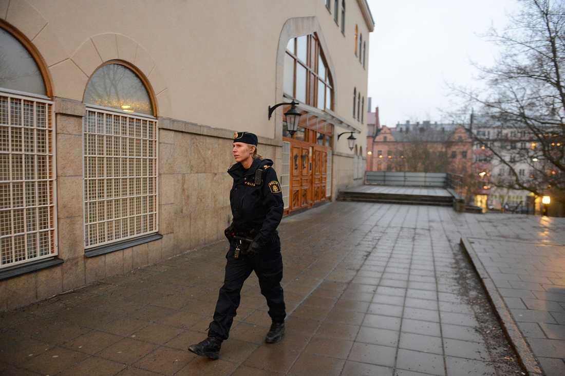 En polis utanför moskén.