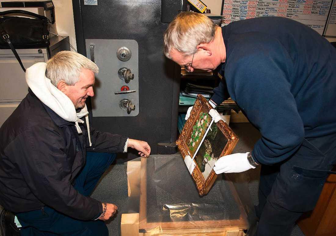Dyrgripen packas in i en specialdesignad låda inför färden hem till Sverige.