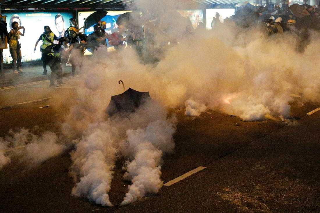 Polisen har använt tårgas mot demonstranter i Hongkong vid flera tillfällen. Här i samband med protester för tre veckor sedan. Arkivbild.