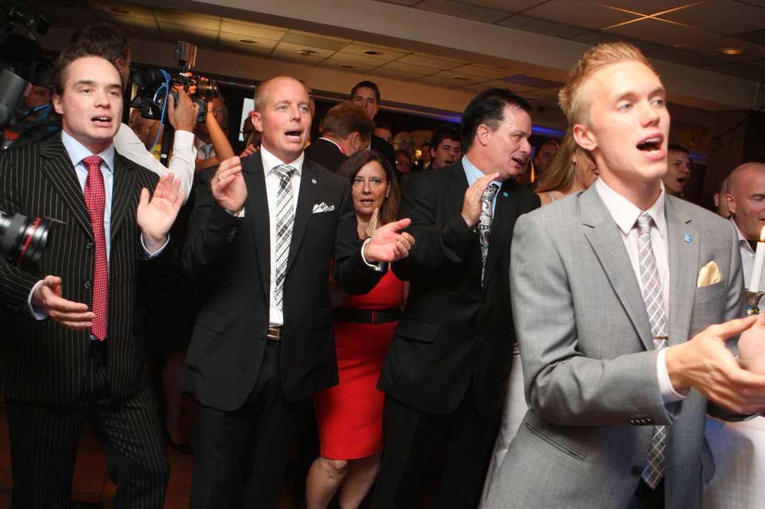 Partisekreteraren Björn Söder jublar tillsammans med sina partikamrater.